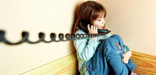 Páiste ina aonar ar an teileafón...AYY4F4 Páiste ina aonar ar an teileafón